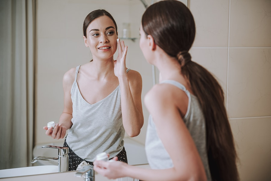 woman using willow bark extract for skin